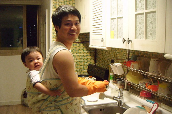korea-husband-dishwashing-housework (1)